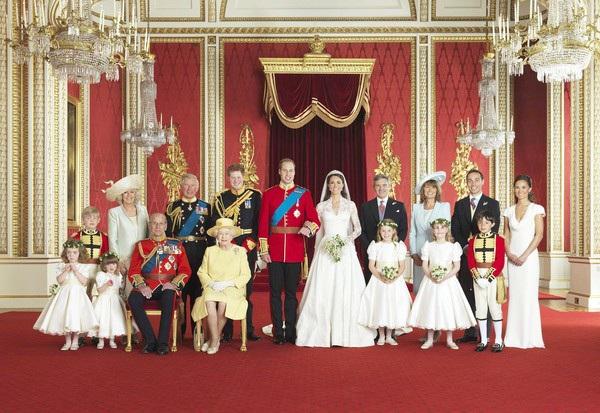 Hoàng gia Anh chụp ảnh trong lễ cưới của Kate và William (Ảnh: Hoàng gia Anh)