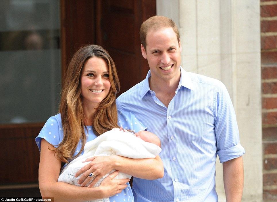 Ngày 22/7/2013, gia đình William - Kate chào đón thành viên nhỏ đầu tiên, Hoàng tử George Alexander Louis (Ảnh: Dailymai)