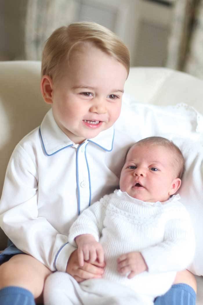 Hai anh em George và Charlotte chụp ảnh cùng nhau tại cung điện Hoàng gia (Ảnh: Indianexpress)