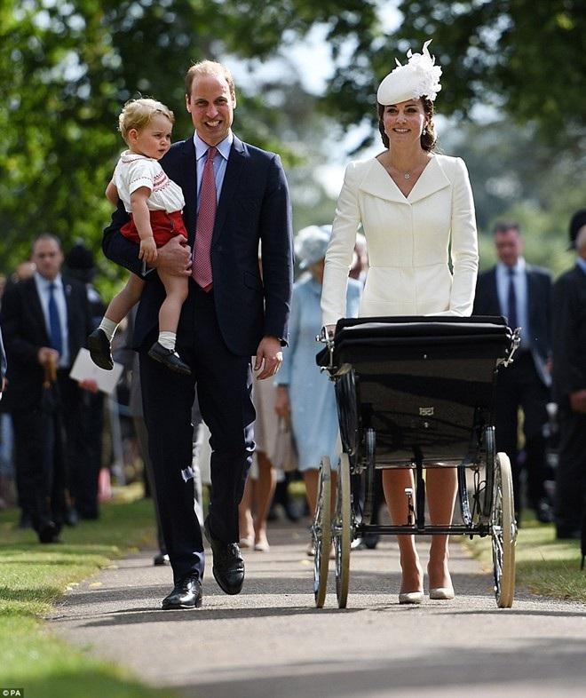 Gia đình Hoàng tử Anh tới nhà thờ St. Mary Magdalene ở hạt Norfolk để làm lễ rửa tội cho công chúa Charlotte. (Ảnh: PA)