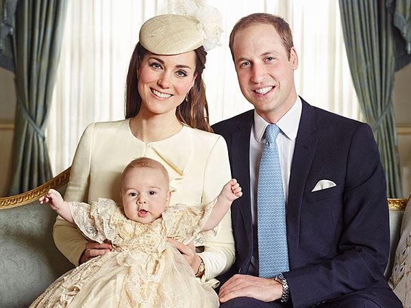 Ảnh chụp Hoàng tử George bên cha mẹ năm 2015 (Ảnh: People)