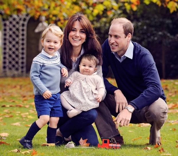 Ảnh chụp mừng lễ Giáng sinh năm 2015 của gia đình Hoàng tử William và Công nương Kate ở sân vườn trong Điện Kensington (Ảnh: Mirror)