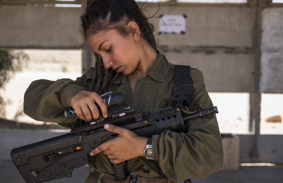 Sự ra đời của tiểu đoàn này là do áp lực từ phía người dân Israel nhằm yêu cầu chính phủ cho phép phụ nữ được tham gia vào các vị trí chiến đấu trong lực lượng vũ trang Israel.