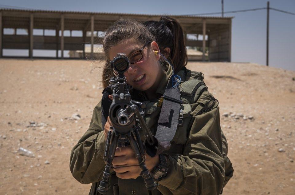 Caracal là tiểu đoàn đầu tiên của quân đội Israel có cả binh sĩ nam và nữ cùng tham gia chiến đấu, trong đó số binh sĩ nữ chiếm ưu thế hơn với khoảng 60-70%.