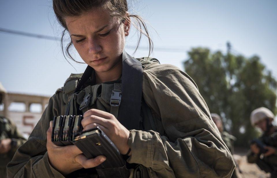 Những cô gái này tình nguyện trở thành binh sĩ chiến đấu trong lực lượng vũ trang Israel sau khi thực hiện xong nghĩa vụ quân sự bắt buộc đối với tất cả người dân Israel.