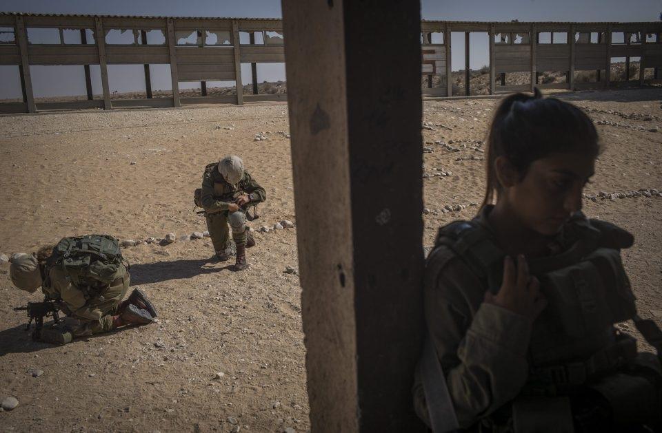 Khả năng chịu đựng hoàn cảnh khắc nghiệt và kỷ luật quân đội của các nữ binh sĩ Israel không hề thua kém bất kỳ nam binh sĩ nào.