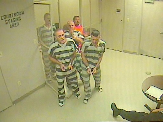 Nhóm phạm nhân quyết định phá cửa buồng giam cứu người quản giáo bị ngã quỵ do đau tim (Ảnh: WFAA)