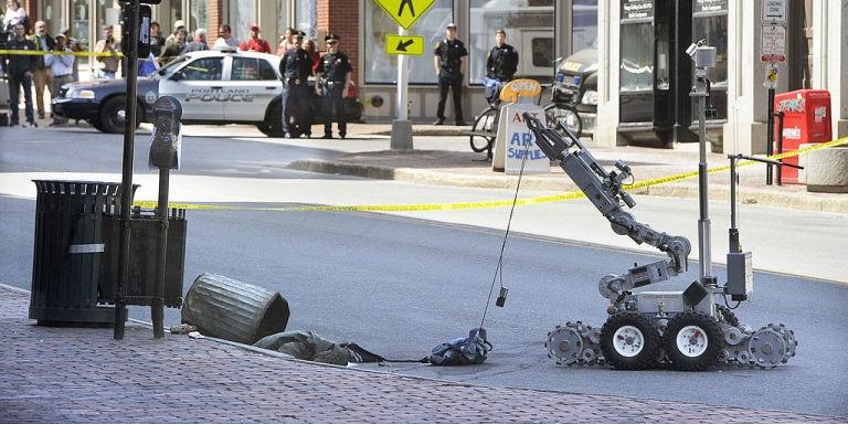 Một robot do cảnh sát Mỹ điều khiển đang lấy một vật khả nghi từ thùng rác hồi tháng 4/2016 (Ảnh: Getty)