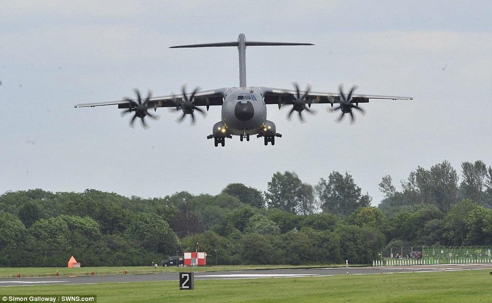 Máy bay A400M chuẩn bị hạ cánh xuống đường băng tại căn cứ không quân Hoàng gia Fairford.