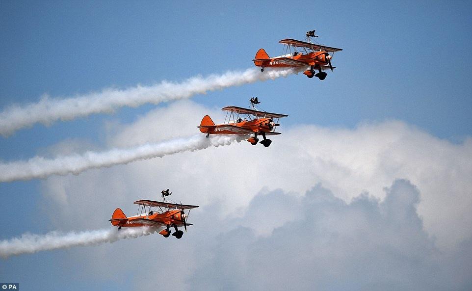 Màn biễu diễn nhào lộn trên không của đội Breitling Wingwalkers của Không quân Anh.