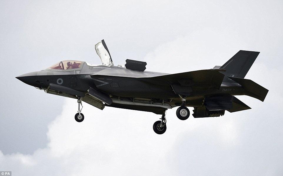 Tia chớp F-35B, mẫu máy bay chiến đấu tàng hình thế hệ 5 do hãng Lockheed Martin (Mỹ) sản xuất, là tâm điểm thu hút sự chú ý trong triển lãm hàng không năm nay vì đây là lần đầu tiên Tia chớp sải cánh trên bầu trời Anh.