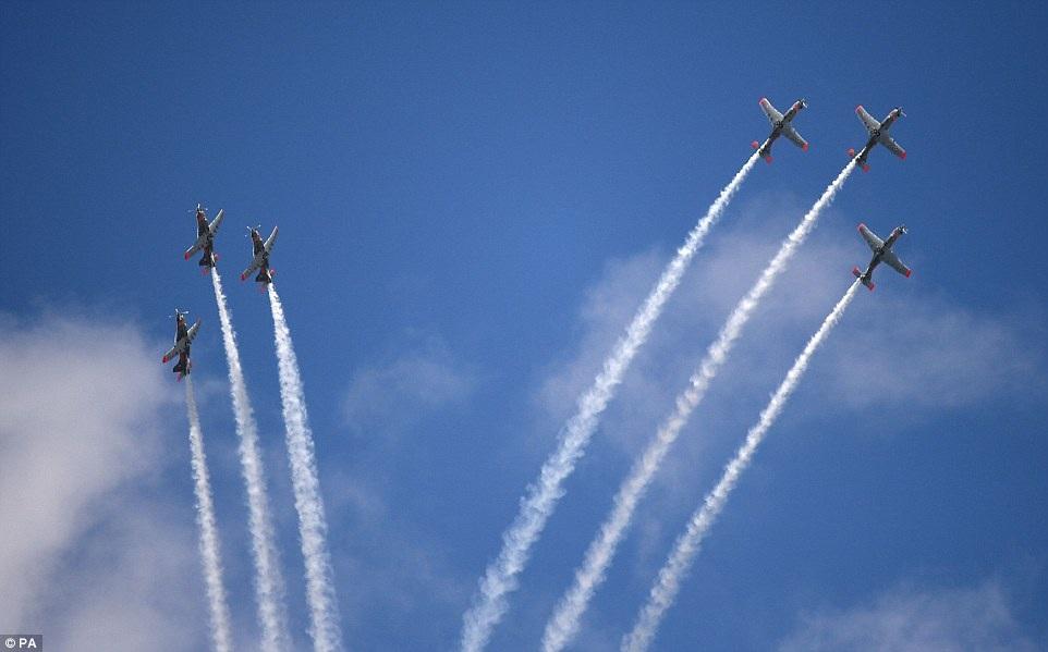 Màn cất cánh ngoạn mục của đội bay Orlik Aerobatic thuộc Không quân Ba Lan.