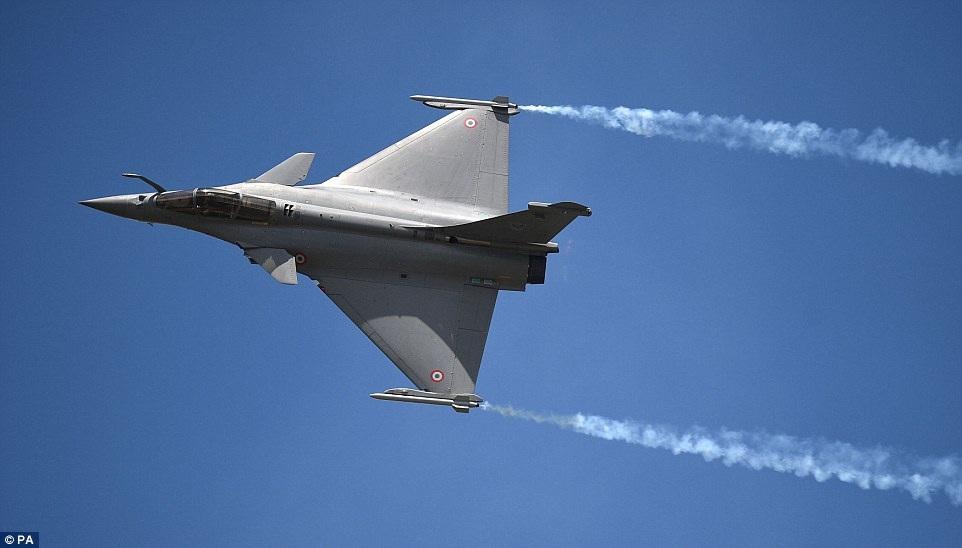 Máy bay chiến đấu Dissault Rafale C của Không quân Pháp với màn nhào lộn độc đáo