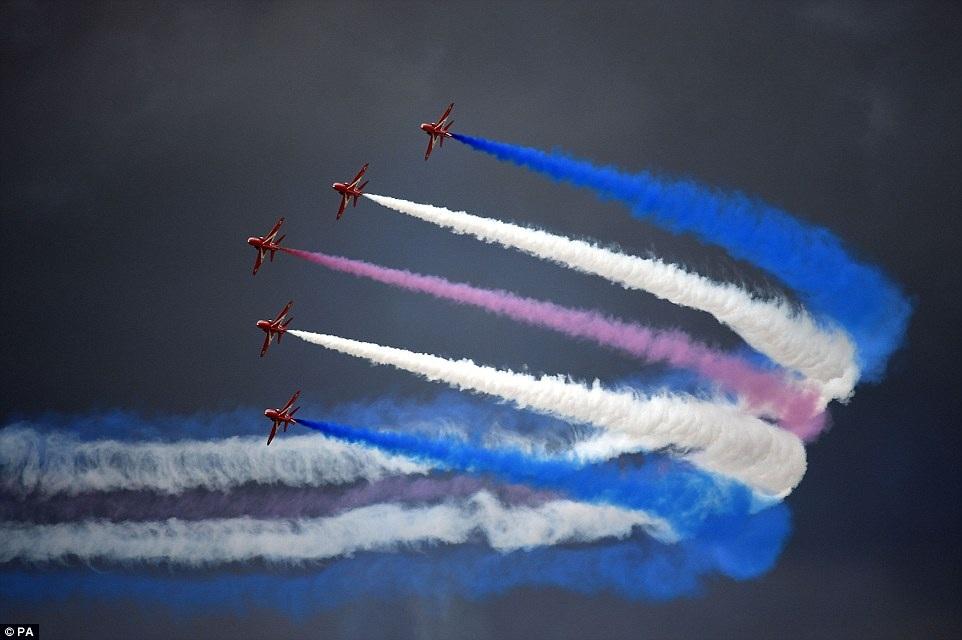 Một tiết mục bay phối hợp không thể hấp dẫn hơn của đội bay Mũi tên đỏ của Không quân Hoàng gia Anh
