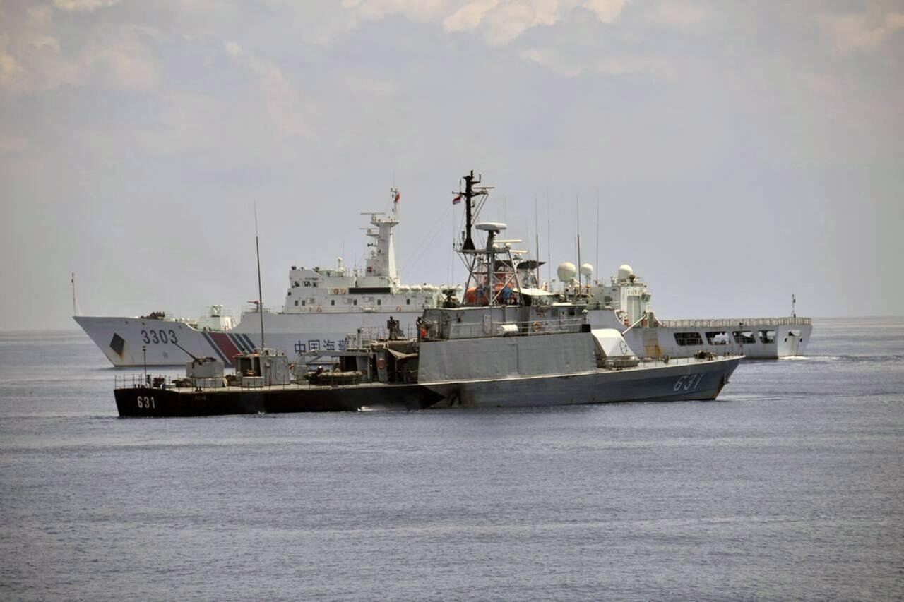 Tàu hải quân Indonesia và tàu hải quân Trung Quốc trong một lần va chạm ở vùng biển quanh quần đảo Natuna hồi tháng 6 (Ảnh: Retuers)