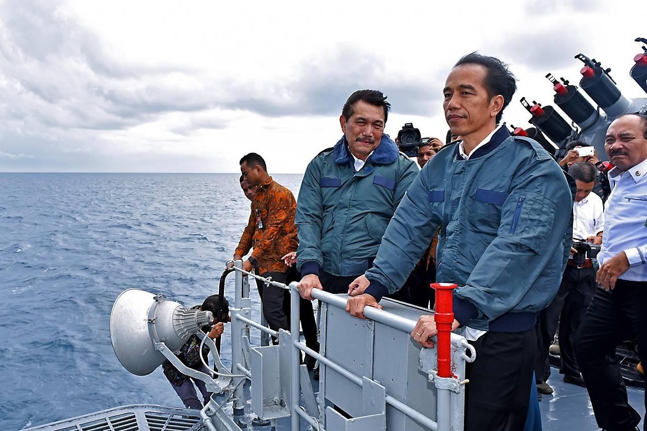 Tổng thống Indonesia Joko Widodo trên tàu chiến thị sát quần đảo Natuna hồi tháng 6 (Ảnh: Reuters)