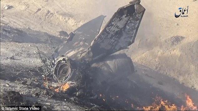 Xác máy bay bốc cháy sau khi bị nhóm phiến quân IS bắn hạ (Ảnh: Dailymail)
