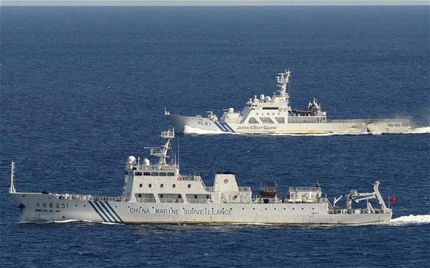 Tàu hải cảnh Nhật Bản ngăn chặn tàu Trung Quốc tiếp cận vùng biển quanh quần đảo Senkaku/Điếu Ngư. (Ảnh: Reuters)