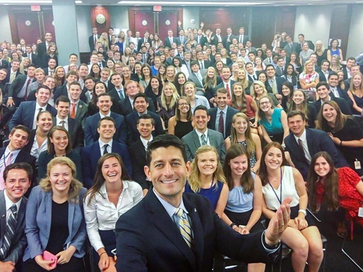 Bức ảnh selfie của ông Paul Ryan với các thực tập sinh Quốc hội (Ảnh: Dailynews)