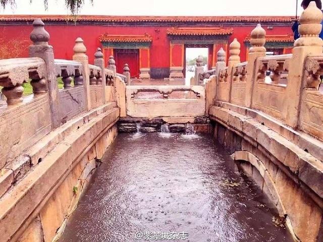 Tử Cấm Thành cũng có hệ thống thoát nước công phu, giúp nước luôn được điều chỉnh và phân tán, từ đó tranh được tình trạng ngập lụt.