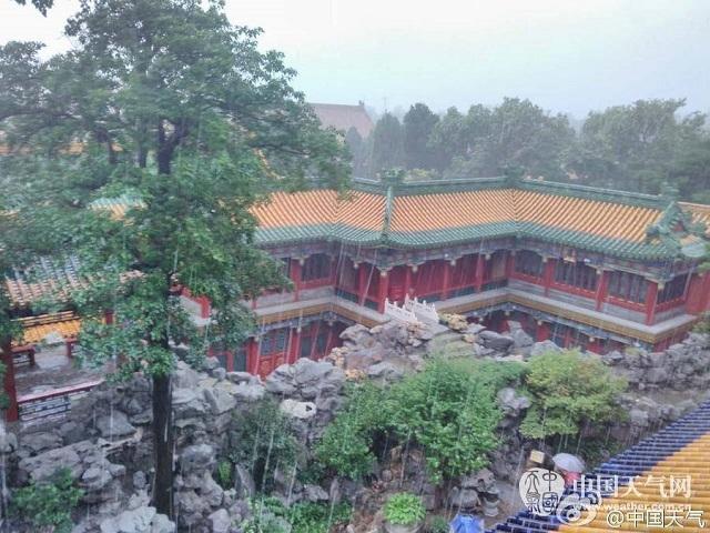 Trong khi nhiều thành phố ở Trung Quốc đang phải đối mặt với trận lụt nghiêm trọng khiến cuộc sống của nhiều người bị đảo lộn từ nhiều tháng qua thì có ít nhất 1 nơi vẫn khô ráo và an toàn, đó là Tử Cấm Thành. Nhờ hệ thống thoát nước được xây dựng từ 600 năm về trước, Tử Cấm Thành đã tránh được ảnh hưởng của mưa lũ kéo dài ở Trung Quốc.