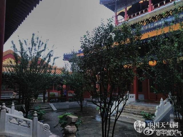 Bên trong Tử Cấm Thành, cung điện nằm ở trung tâm thủ đô Bắc Kinh (Trung Quốc) ngày nay, vãn khô ráo bất chấp thời tiết mưa gió kéo dài.