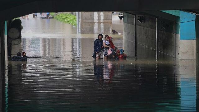 """""""Với công nghệ kỹ thuật tiên tiến của chúng ta hiện nay, hệ thống thoát nước hiện đại vẫn không thể sánh bằng hệ thống có từ 600 năm trước"""", một cư dân mạng bức xúc. Trong ảnh: Một khu vực bị lụt ở Trung Quốc trong tuần qua."""