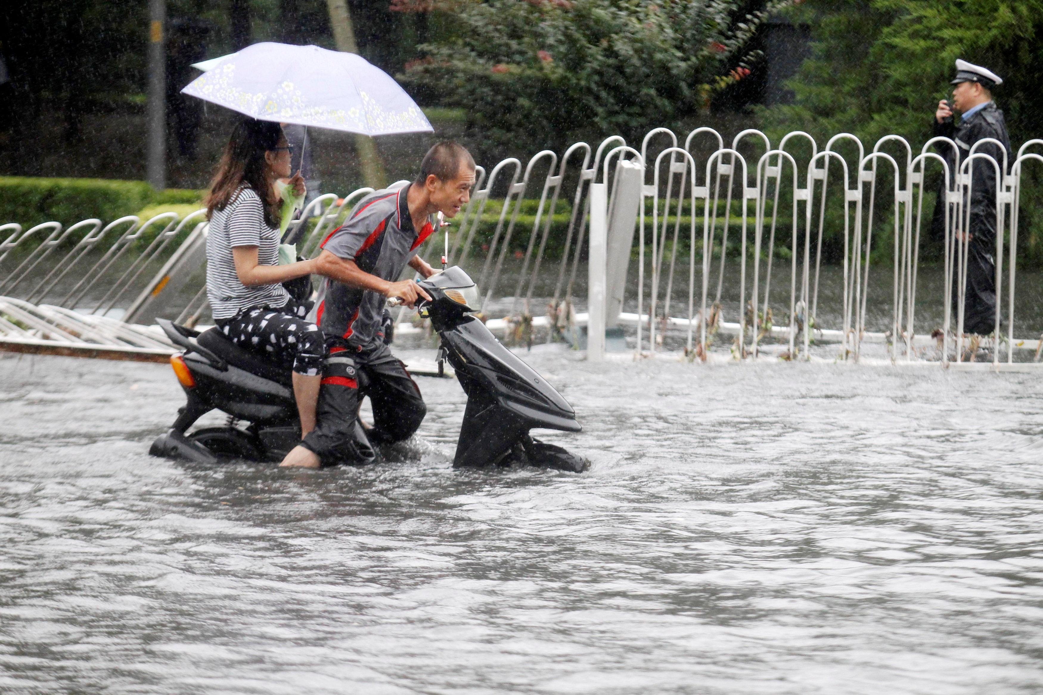 Hiện tượng mưa lớn trong nhiều ngày qua đã khiến nhiều tuyến phố ở thủ đô Bắc Kinh và một số tỉnh thành của Trung Quốc bị ngập nặng khiến hành trình di chuyển của người dân gặp nhiều khó khăn.