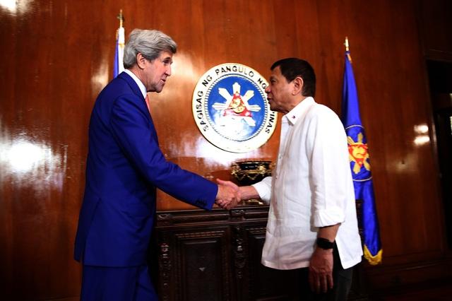 Tổng thống Philippines Rodrigo Duterte (phải) gặp Ngoại trưởng Mỹ John Kerry tại Manila ngày 27/7 (Ảnh: PPD)