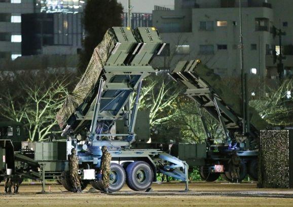 Các binh sĩ thuộc Lực lượng phòng vệ Nhật Bản triển khai các tên lửa PAC-3 tại Tokyo để ngăn chặn nguy cơ phóng tên lửa của Triều Tiên (Ảnh: Reuters)