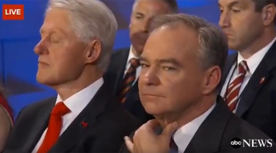 Cựu Tổng thống Bill Clinton (trái) ngủ gật khi nghe vợ phát biểu. Ngồi kế bên ông là Thượng nghị sĩ Tim Kaine (Ảnh: ABC)