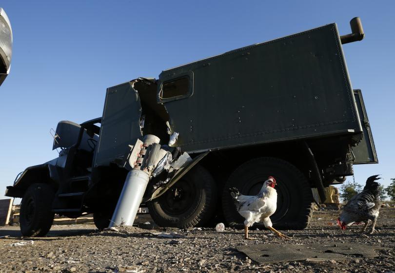 Một xe quân sự của Ukraine bị phá hủy bởi một quả rocket tại ngôi làng Dmytrivka ở phía đông Ukraine năm 2014 (Ảnh: Reuters)