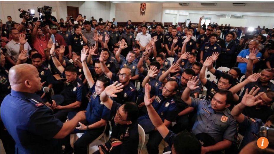 Những cảnh sát có dính líu tới buôn bán ma túy đã giơ tay trong cuộc gặp với cảnh sát trưởng quốc gia Philippines Ronald dela Rosa (ngoài cùng bên trái) tại thành phố Quezon (Ảnh: EPA)