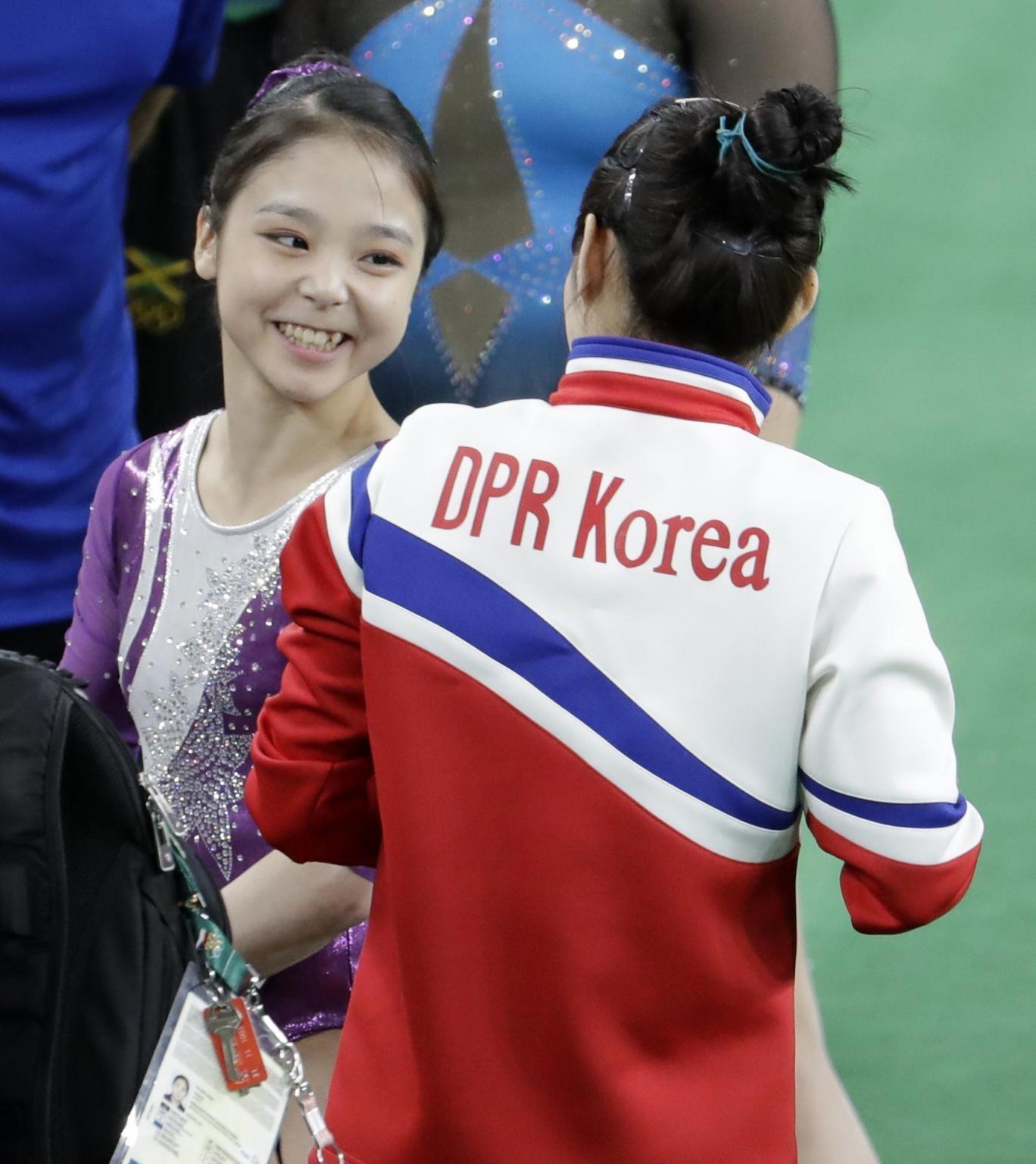 Hai nữ vận động viên trò chuyện vui vẻ cùng nhau (Ảnh: Reuters)