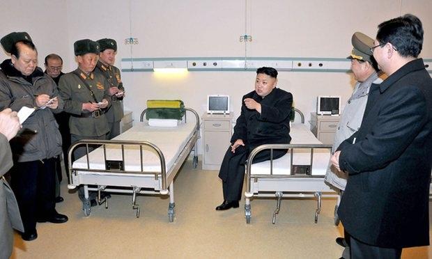 Nhà lãnh đạo Triều Tiên Kim Jong-un thị sát một bệnh viện ở thủ đô Bình Nhưỡng (Ảnh: AFP)