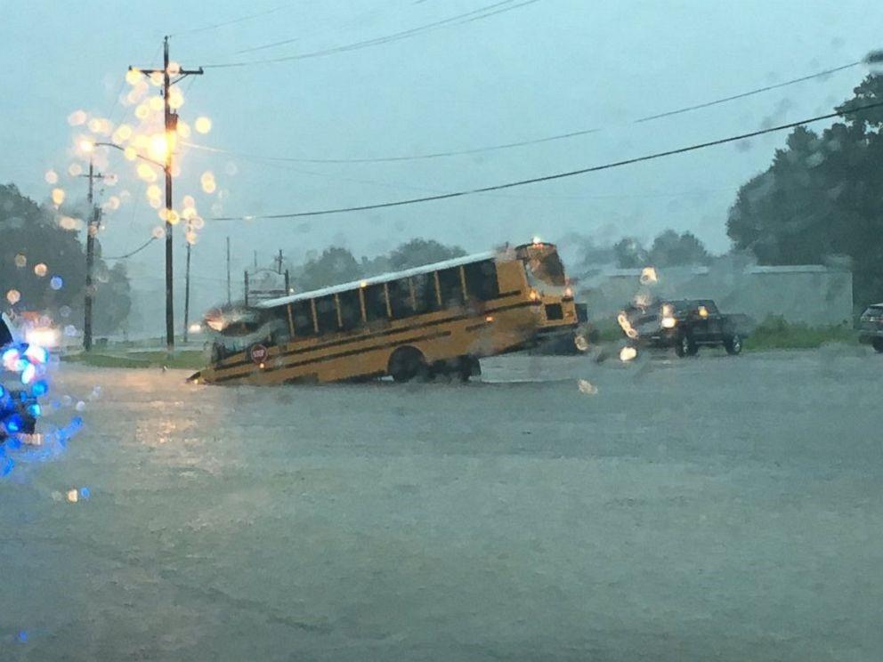 Phương tiện giao thông gặp nạn do mưa lũ.