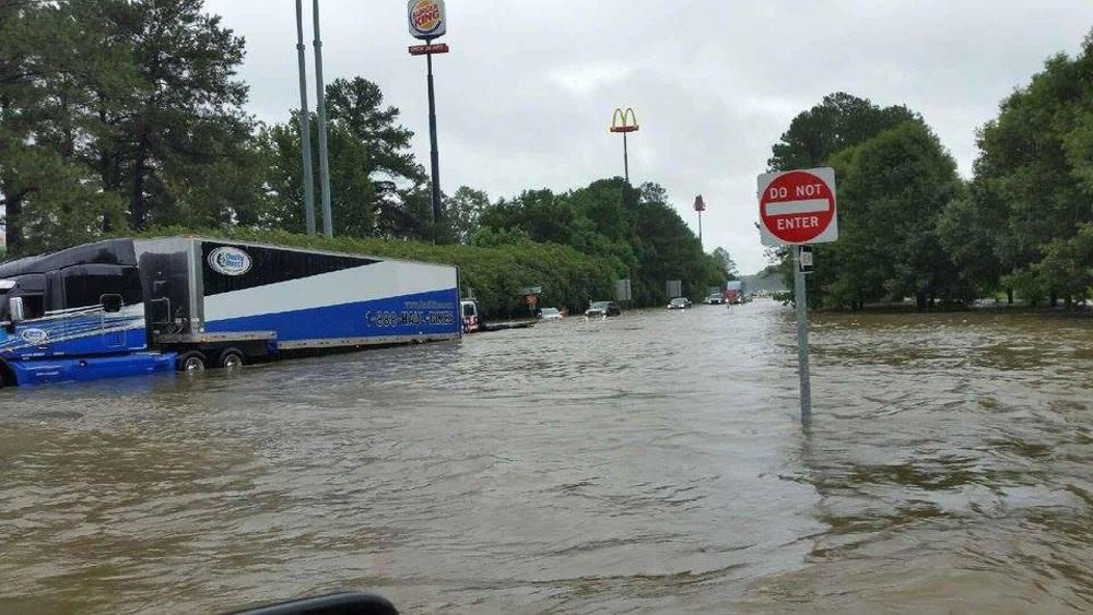 Thống đốc Louisiana John Bel Edwards đã tuyên bố tình trạng khẩn cấp, gọi đây là trận lũ chưa từng có trong lịch sử.