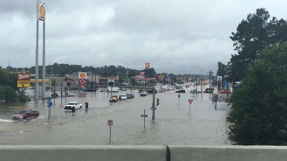 Giao thông bị tê liệt do mưa lũ. Hệ thống thoát nước bị quá tải khiến mực nước liên tục dâng cao tại nhiều khu vực.