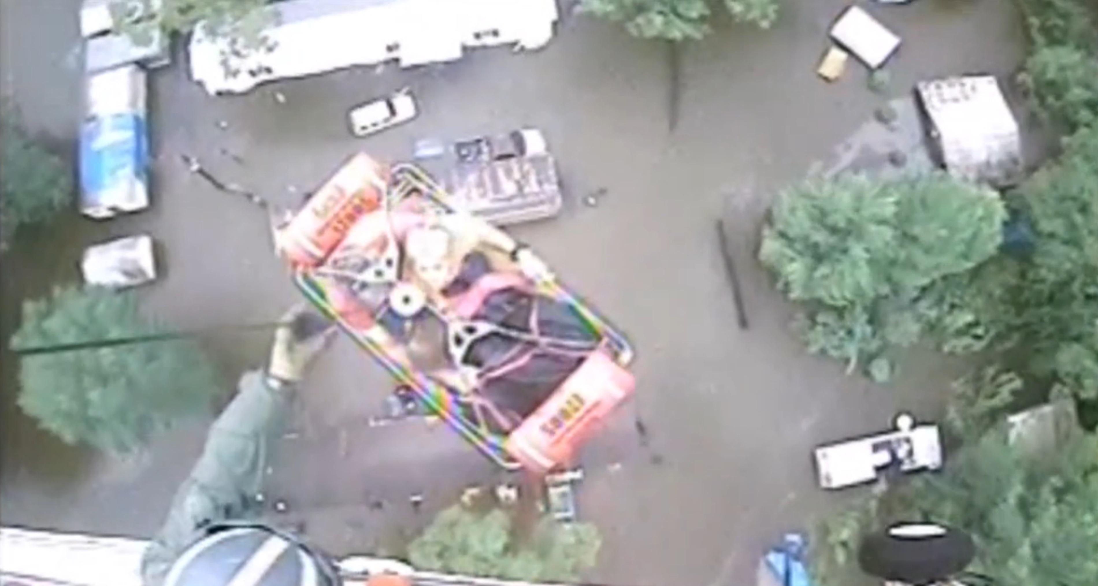 Lực lượng cứu hộ dùng trực thăng đưa những người mắc kẹt ra khỏi các ngôi nhà ngập lụt tới tận nóc.