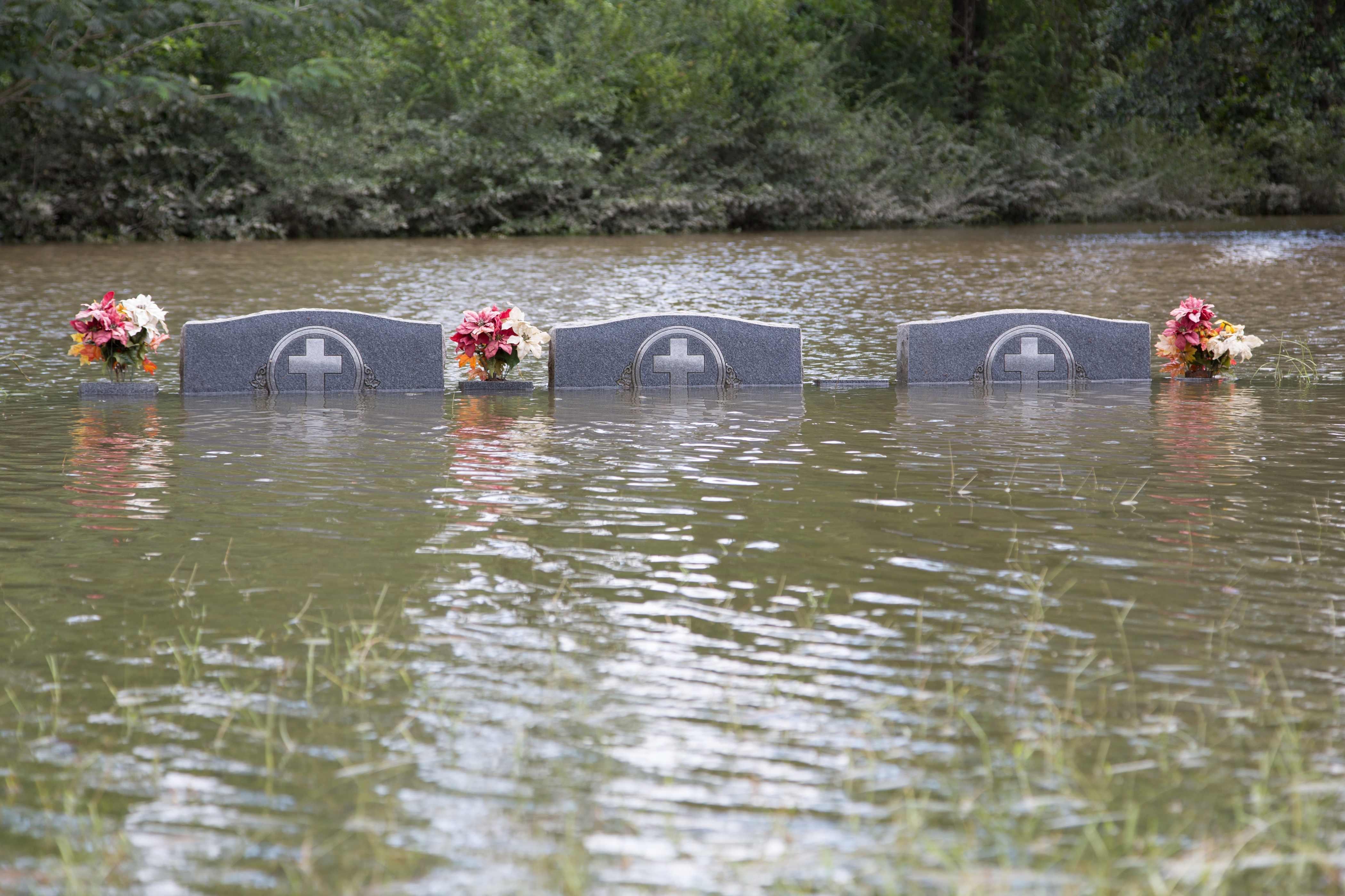 Những ngôi mộ chìm trong biển nước ở Louisiana.