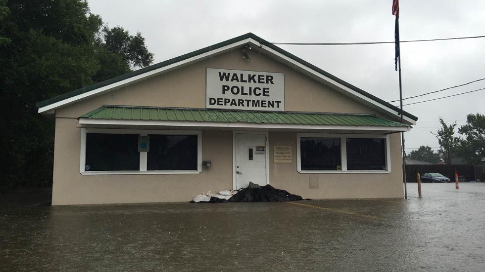 Văn phòng cảnh sát khu vực Walker tại bang Louisiana gần như bị phong tỏa bởi nước.