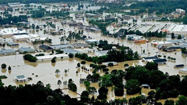 Khu vực Denham Springs của bang Louisiana chìm trong biển nước. Hiện vẫn chưa có thống kê thiệt hại về tài sản sau trận lũ tại khu vực này.