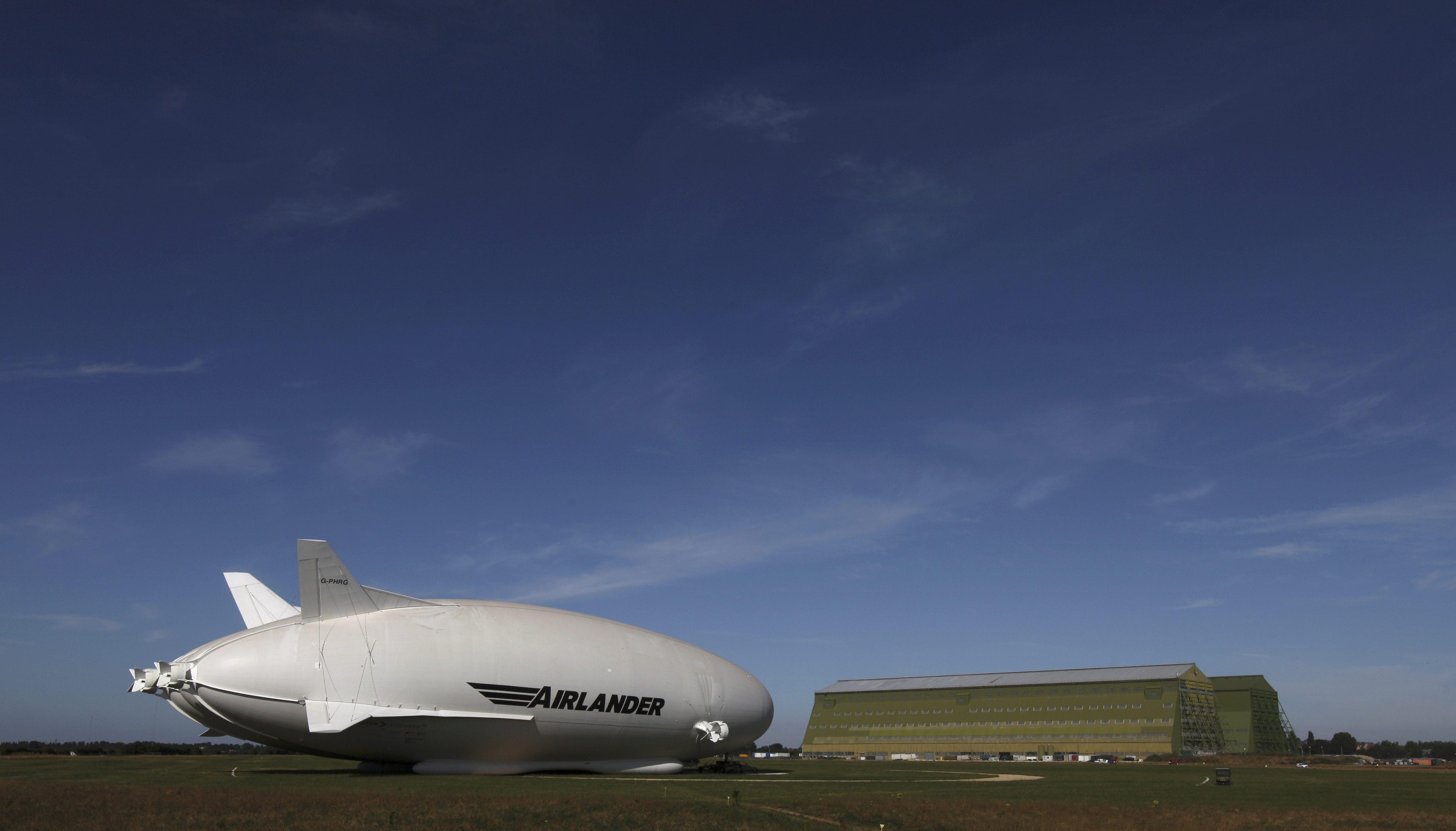 Airlander 10 có 4 động cơ cánh quạt, 2 động cơ gắn ở đuôi và 2 động cơ gắn ở phía trước, nhằm tạo thêm lực nâng và đẩy cho máy bay hoạt động. Nó có thể chở được khoảng 48 hành khách hoặc 10 tấn hàng hóa.