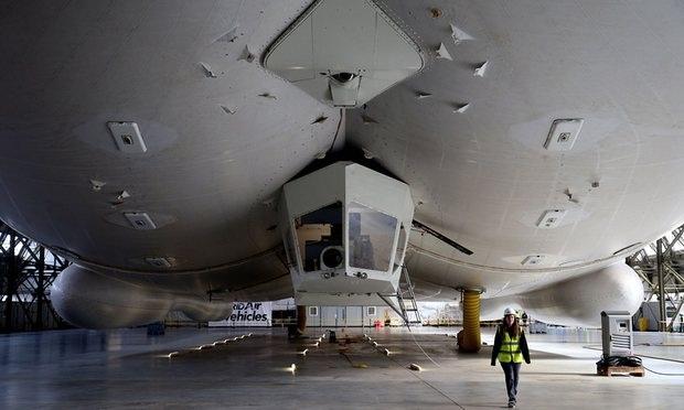Máy bay có một buồng lái giữa bụng để 2 phi công điều khiển. HAV, nhà sản xuất Airlander 10, cho biết Airlander có thể được sử dụng trong các hoạt động cứu hộ thiên tai, vận chuyển hàng hóa, nhu yếu phẩm đến các khu vực xa xôi.