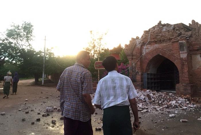 Cố đô Bagan, nơi có kiến trúc cổ nổi tiếng nhất Myanmar và là điểm đến du lịch chính của nước này, bị tàn phá nặng nề. Trong ảnh: người dân Myanmar đứng trước cổng vào của một ngôi đền bị phá hủy ở Myanmar (Ảnh: Reuters)