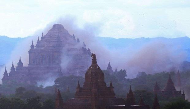 Cơ quan Khảo sát địa chấn Mỹ cho biết tâm chấn của trận động đất hôm 24/8 nằm cách thị trấn Chauk, phía nam cố đô Bagan, khoảng 25 km về phía tây. Trong ảnh: Đền Sulamuni ở Bagan chìm trong bụi sau khi động đất xảy ra (Ảnh: AFP)