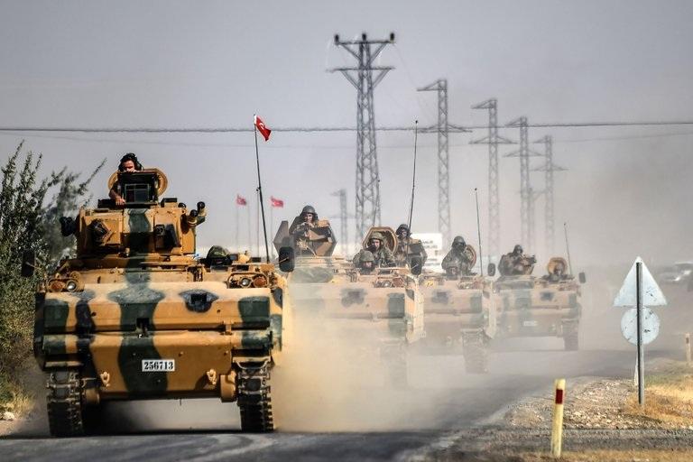 Xe tăng cùng binh lính Thổ Nhĩ Kỳ tiến vào khu vực biên giới của Syria ngày 25/8 (Ảnh: Getty)