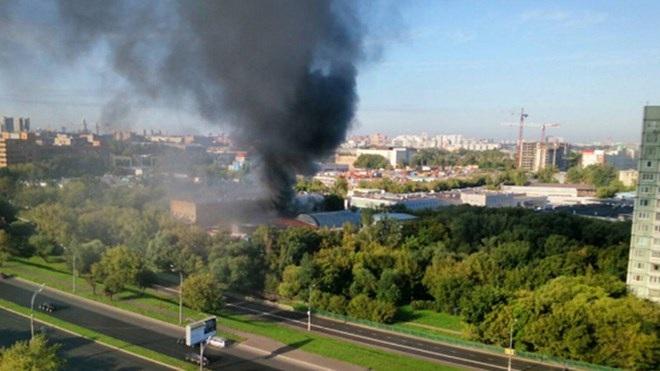 Khói bốc lên từ nhà kho nơi xảy ra vụ hỏa hoạn ở đông bắc Moscow (Ảnh: RT)