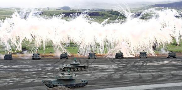 Các xe tăng tham gia tập trận ở gần núi Phú Sĩ của Nhật Bản (Ảnh: Nikkei)