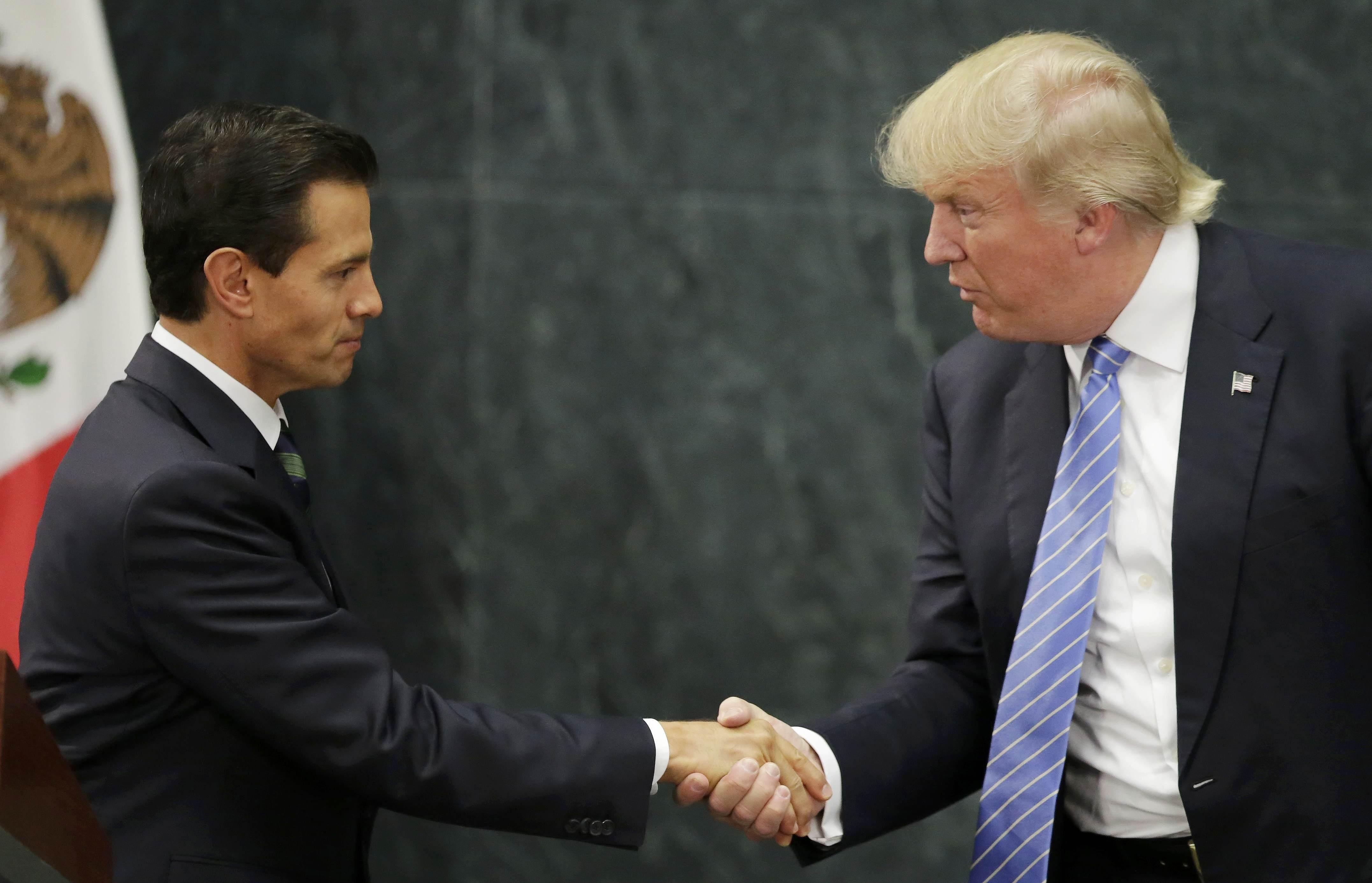 Tỷ phú Donald Trump (phải) và Tổng thống Mexico Pena Nieto trong cuộc họp báo tại Mexico hôm 31/8 (Ảnh: Reuters)